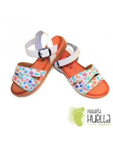 Sandalia Piel Blanca con Flores y Hebilla