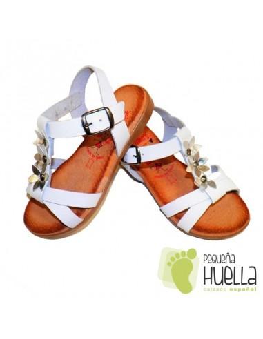 5182ca68 Comprar sandalias blancas con flores de plata para niña con hebilla
