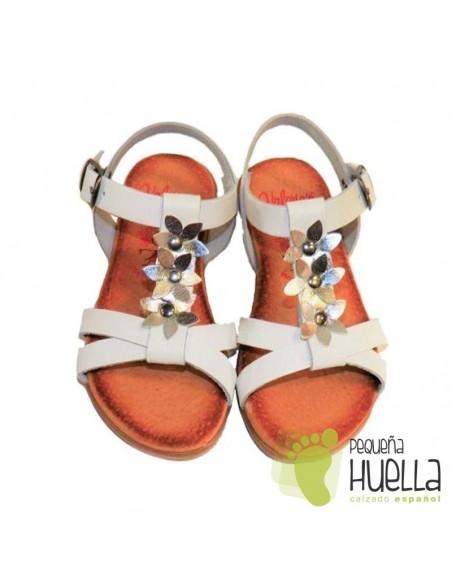 Sandalias niñas  de piel blanca y plata con Hebilla