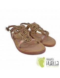 Sandalia dorada con adornos
